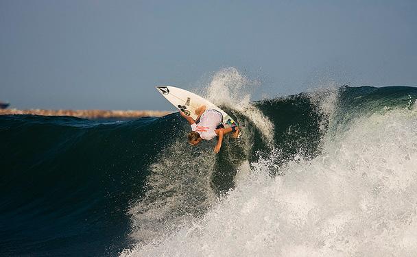 もう何年もリンコンでサーフィンをしてきているパーカー・コフィンは、ライトの波をまったく苦にしない。1本の波で3発目のマニューバーをもくろむパーカー