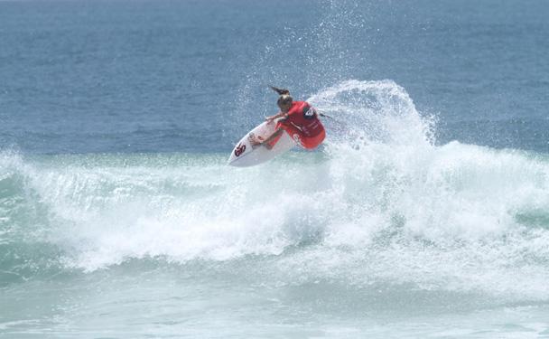 レイキーは女性のサーフィンの限界をプッシューーアバーブザリップ